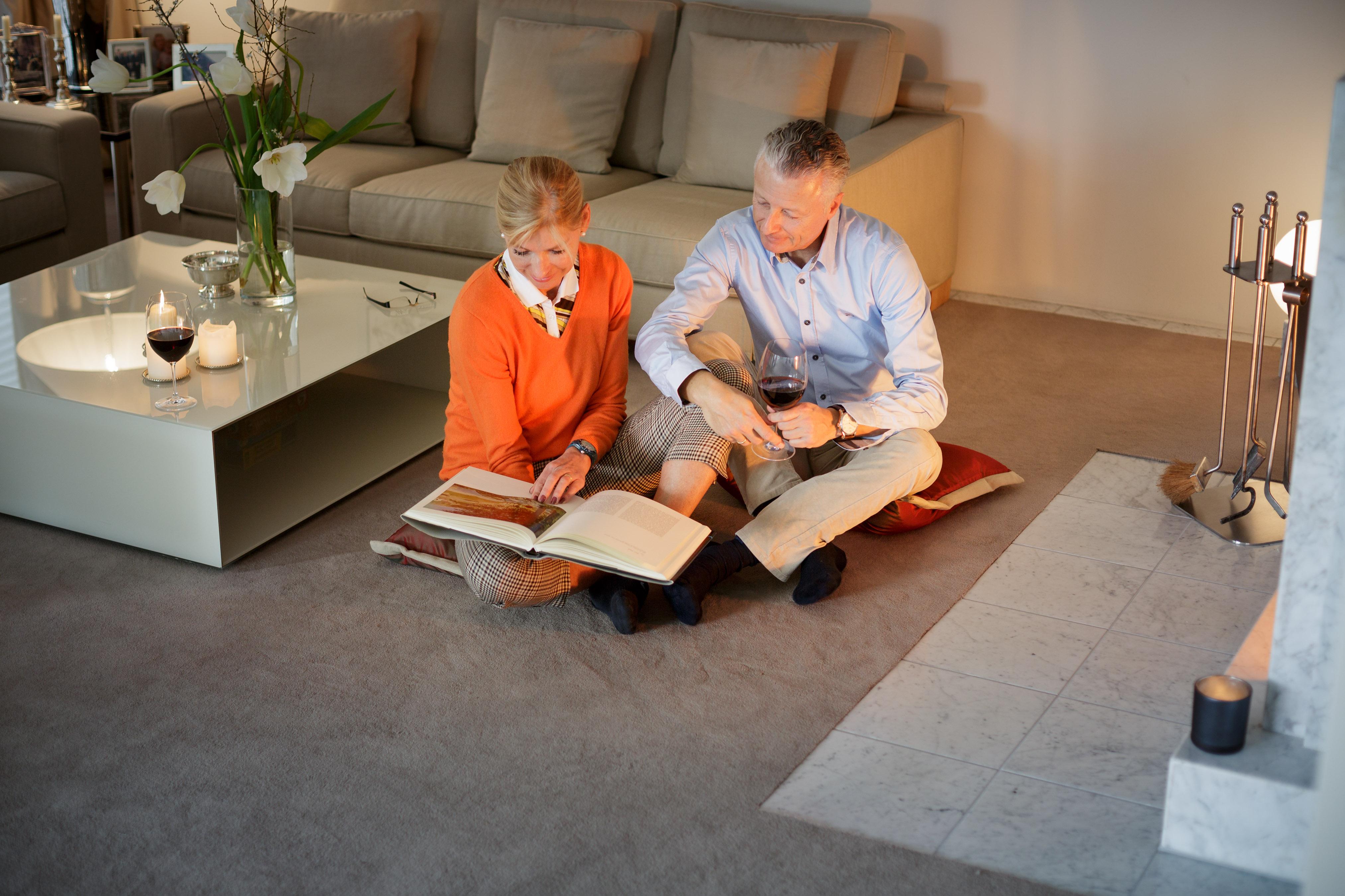 Fotos von Damals anschauen, als die Kinder noch klein waren, und immer noch auf demselben Teppichboden sitzen? Wer seine Bodenbeläge auf den Untergrund klebt, ermöglicht sich diesen Mehrwert und kann sich über viele Jahre an ihnen erfreuen. (c) IBK