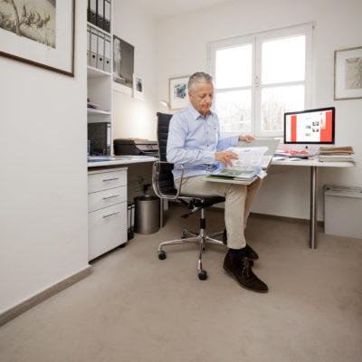 Wo gehobelt wird, da fallen Späne. Viele rollen zum Beispiel oft im Home Office telefonierend zwischen Aktenschrank und Schreibtisch auf dem Teppichboden hin und her. Ein lose liegender Teppichboden verrutscht unter der Stuhlrollenbelastung oder bildet Wellen und Beulen. Wird er aber fest auf den Untergrund geklebt, bleibt er an seinem Platz und über viele Jahre top in Schuss. (c) IBK