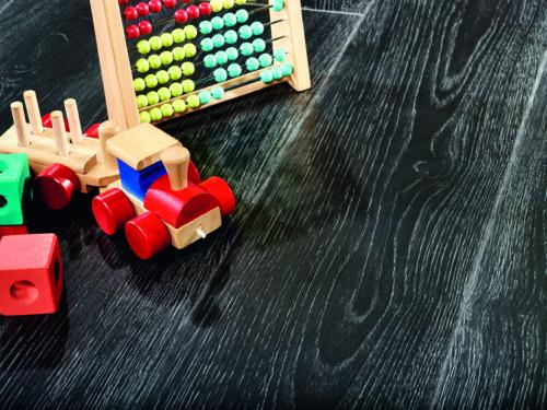 Um sich einen Wohnwunsch ganz nach dem eigenen Geschmack zu erfüllen, entscheiden sich immer mehr Bauherren für die oft hochwertig gestalteten Designböden. Wer diese vollflächig auf den Untergrund klebt, verlängert deren Lebensdauer und genießt exzellenten Komfort. (c) Moduleo